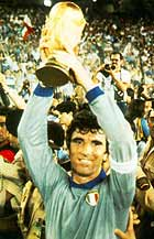 Zoff lifts the World Cup